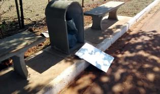 Lixeiras da pista de caminhada são destruídas por vândalos