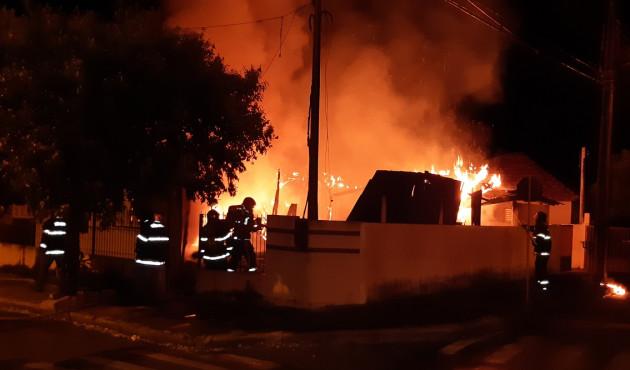Casa é destruída pelo fogo em Venceslau neste domingo