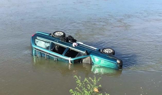 Carro cai no Rio Santo Anastácio em Presidente Venceslau