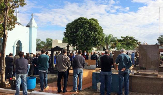 Centenas de pessoas acompanharam sepultamento do advogado Nilson Carreira