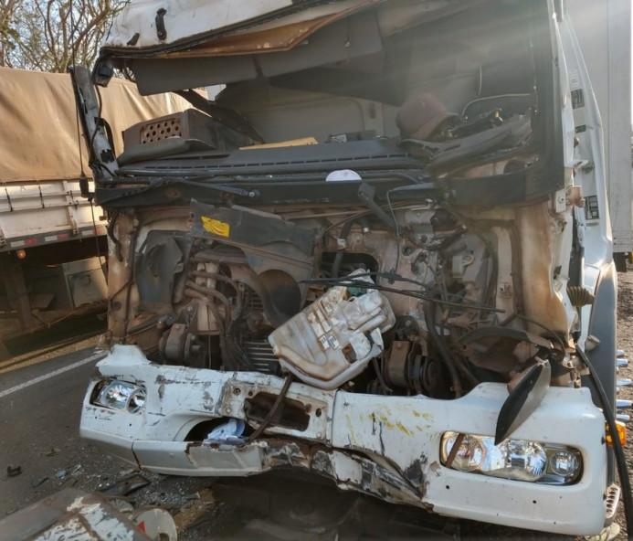 Acidente deixa motorista preso em ferragens de caminhão