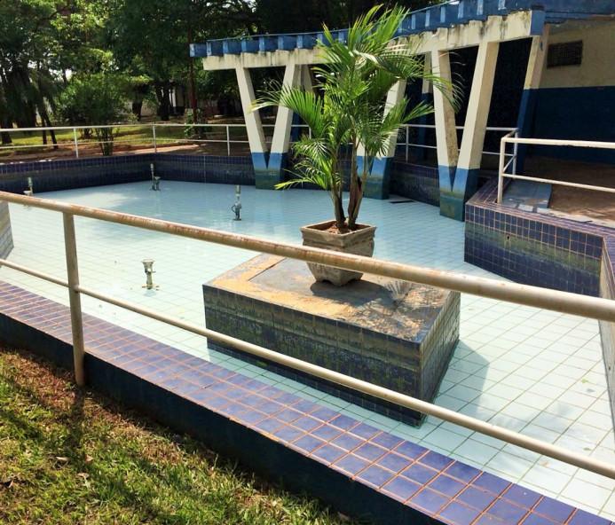 Fonte da praça Nicolino Rondó passa por limpeza e manutenção
