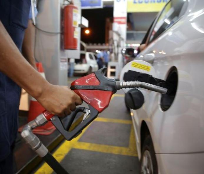 Petrobras baixa gasolina em R$ 0,03 e diesel em R$ 0,04