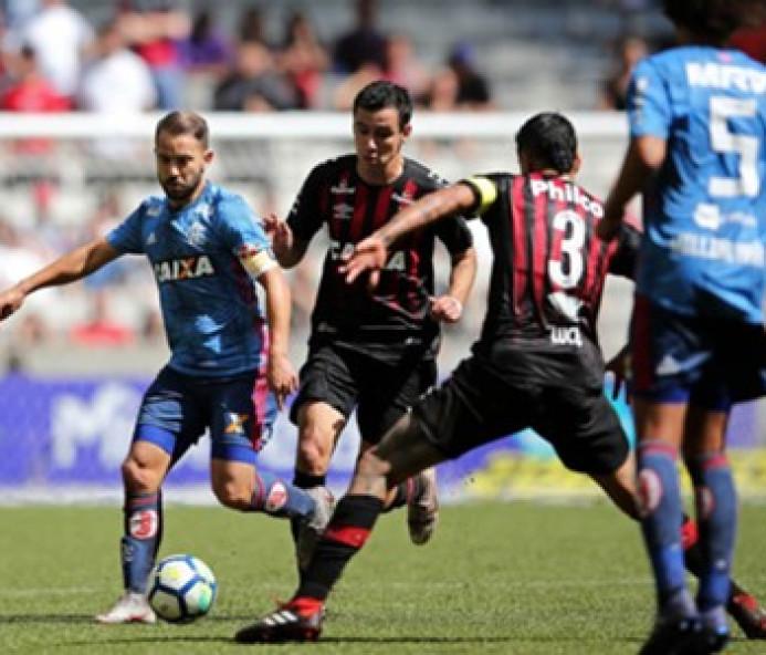 Flamengo é derrotado pelo Atlético-PR e pode ficar mais longe da liderança