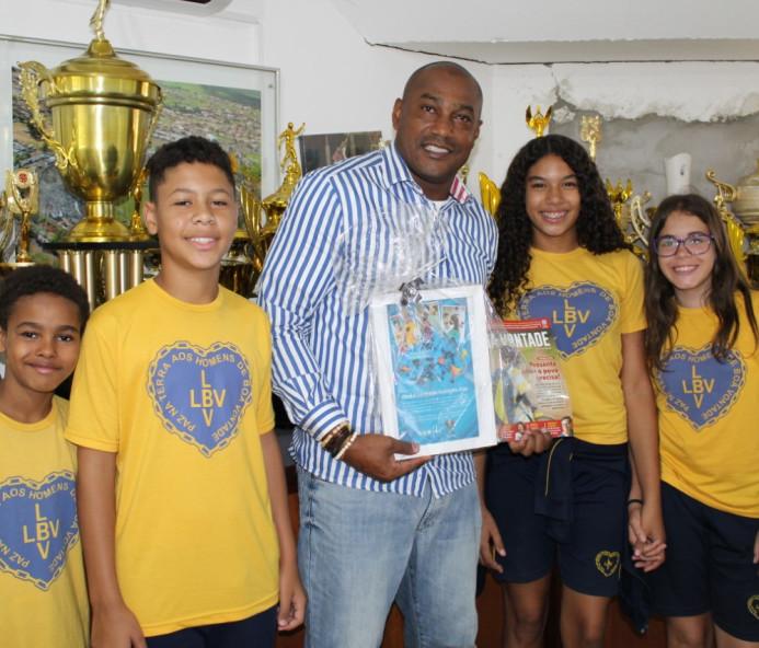 Crianças de Prudente homenageiam Claudinei Quirino pelo Dia do Esportista