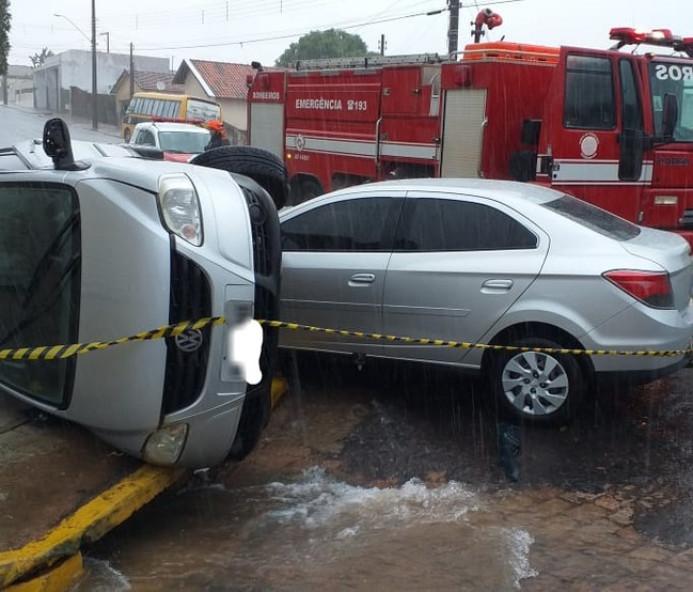 Batida de carros em cruzamento no Centro de Osvaldo Cruz deixa duas pessoas feridas