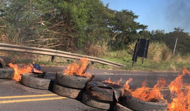Protesto de caminhoneiros interdita rodovia Comandante João Ribeiro de Barros