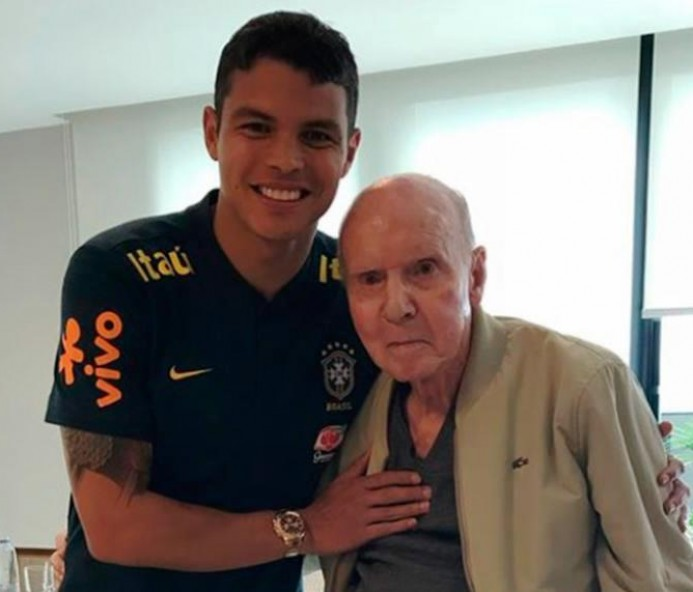 Seleção brasileira recebe visita de Zagallo e cartolas da CBF