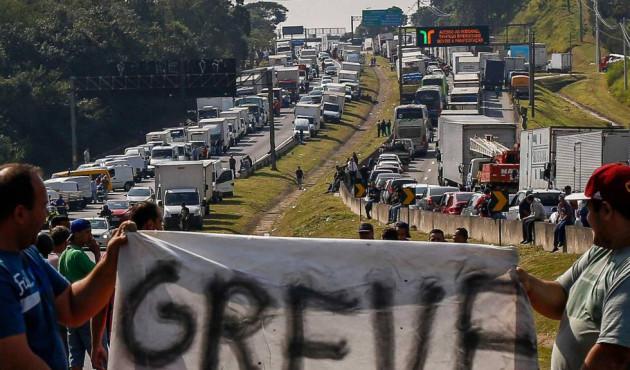 Governo e caminhoneiros anunciam suspenção de protesto por 15 dias