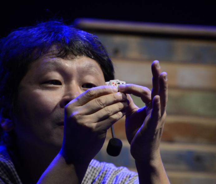 Ilusionista apresenta show de mágica em japonês na região